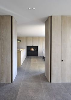 Interior by D Interieur – picture by Tom Fossaert: Interieur door D Interieur – foto door Tom Fossaert: Interior Architecture, Interior And Exterior, Interior Design, Interior Simple, Timber Panelling, Wood Cladding, Design Moderne, Stone Flooring, Beautiful Interiors