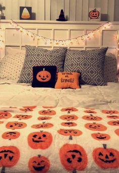 25 Cheap and Easy Home Decor Hacks for a Total House Makeover - The Trending House Halloween Room Decor, Creepy Halloween Decorations, Halloween Celebration, Halloween Party Decor, Halloween Crafts, Halloween Dorm, Halloween Decorations Apartment, Halloween Blanket, Halloween Costumes