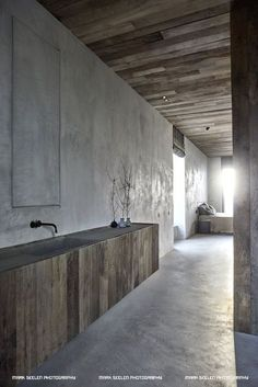 Interior Design dark natural tones in this modernized industrial building. Diy Interior, Interior Styling, Interior Architecture, Interior Decorating, Interior Design, Concrete Interiors, Dark Interiors, Stone Feature Wall, Casa Patio