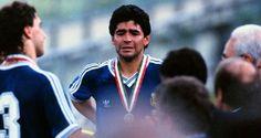 Luego de haber sido el rey en México 1986, Maradona llevó a la Selección Argentina a la final de la Copa del Mundo en el Mundial posterior de Italia 1990. En aquella ocasión, Argentina cayó 1 a 0 contra Alemania Federal y a Diego se le cayeron un par de lágrimas durante la premiación.