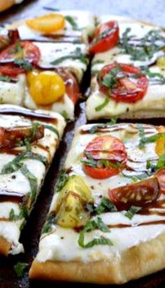 Caprese Flatbread Pizza with Balsamic Glaze Stromboli Recipe, Calzone, Healthy Foods, Healthy Recipes, Flatbread Pizza, Balsamic Glaze, Pizza Party, Zucchini, Sushi