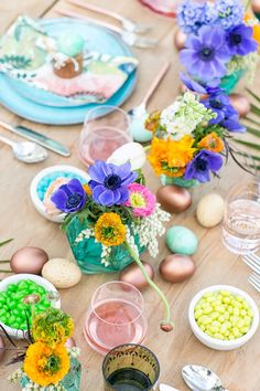 If you're into brunch and love Easter, then you totally need to have an Easter themed brunch! Check out this great tablescape idea to get your creative juices flowing!