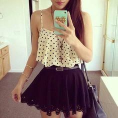 Un lindo conjunto de una falda redonda y una blusa corta de lunares negros.