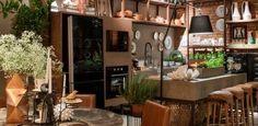 A Casa da Dinda, das arquitetas Flávia Araújo e Juliana Resende e da designer de interiores Ednara Borges, é inspirada nos lofts nova-iorquinos. Paredes de tijolos aparentes, assoalho de cimento queimado e mobiliário marrom deixam o espaço, de 82 m², com toque rústico e aconchegante