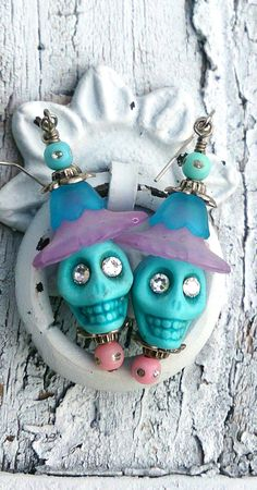 Unique Turquoise Day of the Dead Sugar Skull Earrings by Secret Stash Boutique… Halloween Schmuck, Halloween Earrings, Halloween Jewelry, Diy Day Of The Dead, Day Of The Dead Skull, Beaded Earrings, Beaded Jewelry, Sugar Skull Earrings, Skull Jewelry