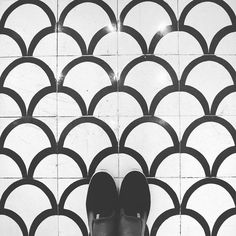 Black and White for this last pic from the #tiles at @chezcocobcn another great work of #interiordesign by @lazarorosaviolan! #TileAddiction by tileaddiction