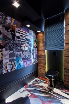 No piso de cimento, o desenho da artista plástica Beatriz Assumpção, em uma resina especial, dá um charme extra à área das cabines. As paredes forradas com lambe-lambe deixam o espaço ainda mais despojado.