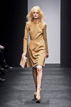 molto bello questo abito ma forse avrei preso una modella con i capelli scuri ...