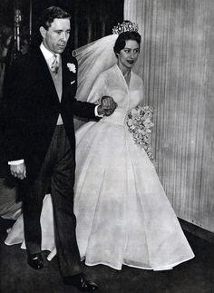 La hermana pequeña de Isabel II de Inglaterra conmocionó a su país al enamorarse de un militar divorciado, el capitán Pete Townsend, con el que no le permitieron casarse. Al día siguiente de saber que Townsend se había comprometido con otra, ella aceptó la propuesta del fotografo Antony Armstrong-Jones, con quien se casó en 1960. Lució un vestido de Norman Hartnell de amplio vuelo y tiara de diamantes.