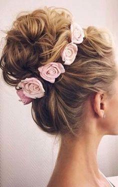 Chica rubia con un recogido suelto y decorado con flores