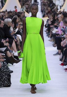 Discover all the creativity and originality of the Valentino Spring Summer 20 women's fashion show. Daily Fashion, Fashion Week, Fashion 2020, High Fashion, Fashion Show, Womens Fashion, Fashion Design, Fashion Trends, Style Haute Couture
