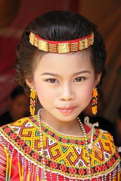 Pretty girl in traditional costume from Celebes, Indonesia Kids Around The World, Beauty Around The World, People Around The World, Beautiful World, Beautiful People, Image Couple, Interesting Faces, Little People, Beautiful Children
