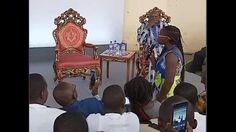 """Alors qu'une étudiante burkinabé demandait à Emmanuel Macron pourquoi la France envoyait plus de soldats au Burkina Faso que ce qu'elle n'accepte d'étudiants burkinabé en France, le président a répondu qu'il préférerait """" envoyer beaucoup moins de soldats"""" avant de rajouter : """" vous ne devez qu'une chose pour les soldats français : les applaudir ! """"."""