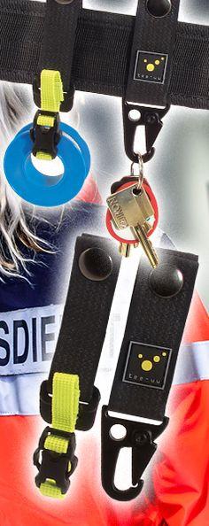 Das ideale Ergänzungs-Set für deine BLACK oder QUICK Koppel. 2 Teile, die es in sich haben und den täglichen Einsatz erleichtern: 1 Halterung für Fixierpflasterrollen bis 30 mm Breite, die dann immer sofort zur Hand ist und noch direkt am Gürtel abgerollt werden kann. 1 robuster Schlüsselhalter z. B. den Fahrzeugschlüssel. Intuitiv und mit einer Hand wird der Schlüssel im Metall-Karabiner eingehängt. So ist er sicher am Mann und jederzeit schnell greifbar Helfer, Tactical Gear, Feel Good, Gadgets, Internet, Personalized Items, Amazon, Emergency Medical Services, Firefighter