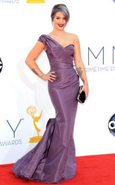 Kelly Osbourne looking chic and very thin! What do you think of her grey/purple hair?! #Emmys