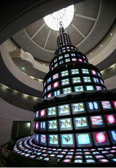 다다익선-백남준  1988_ 비디오/설치미술/ 설치 _ 국립현대미술관    1988년 9월 국립현대미술관 램프코어에 설치된 백남준의 비디오 타워.  백남준의 비디오 타워인 다다익선은 1,003대(10월 3일 개천절을 상징)의 TV 수상기가 지름 7.5m의 원형에 18.5m의 높이로 설치되어 한층한층 축소하는 모양으로 제작된 것이다. 다다익선은 미술관 중앙 현관을 들어설 때 처음 보게 되는 작품이며, 나선형의 계단을 따라 감상하게 되어 있어 어느 각도에서 보아도 작품을 감상할 수 있다.  비록 고전예술 작품들 처럼 깊은 감동이나 아름다움을 추구하지는 않지만 몬가 나에게 새로운 시선으로 세상을 보라고 말해주는 것 같다.
