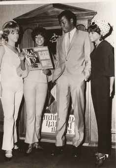 The Supremes L-R Florence Ballard, Mary Wilson and Diana Ross showing off their album A Bit Of Liverpool to Actor Sidney Poitier at the Brown Derby Restaurant in September 1965 My Black Is Beautiful, Beautiful People, Beautiful Things, Classic Hollywood, Old Hollywood, Diana Ross Supremes, Vintage Black Glamour, Soul Music, African American History