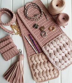Harika bir çanta modeli  Model  @soul_creatis . . . #penyeipsatisi #yarn #trapillo #tshirtyarn. #tshirtyarnrug #elisi #elemeği…