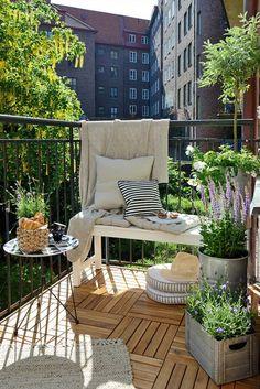 NuBuiten Tip // Een mooie combinatie van een natuurlijke vloer, een groene oase en een inrichting waarbij gebruik wordt gemaakt van de breedte van het balkon!