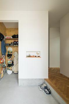 季節のディスプレスで迎える玄関ニッチ。クロークには、靴以外にも必要なアイテムを置いてお出かけ動線をスムーズに。 #ルポハウス #設計事務所 #工務店 #設計士 #注文住宅 #デザイン住宅 #自由設計 #マイホーム #お家 #新築 #家づくり #間取り #施工事例 #滋賀 #おしゃれな家 #インテリア #玄関 #シューズクローク #ニッチ #玄関土間 House Entrance, Bathroom Medicine Cabinet, Tall Cabinet Storage, Entryway, Architecture, Luxury, Furniture, Home Decor, Japan