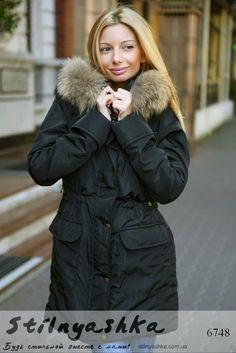 74c412bb16e Женская зимняя куртка-парка с капюшоном и мехом енота черная
