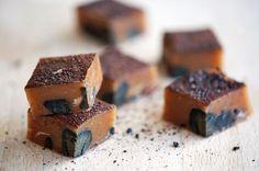 En lækker lakridskaramel med hele stykker sød finsk lakridsstykker i og drysset med rigelige mængder lakridspulver på toppen. Super fine og med god smag