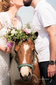 SEANCE PHOTOS  ENGAGEMENT rustique champetre. MURET (31). FRANCE.Rustic  Engagement session with animals. Wedding photographer  South of France .www.elenajolandphotos.com