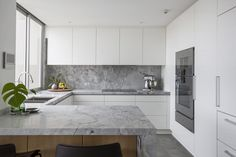 See how Dan Kitchens transformed this kitchen into a Luxurious Custom Kitchen in Kirribilli, complete with Exquisite Materials and High-end Appliances. Kitchen Room Design, Interior Design Kitchen, Kitchen Decor, Apartment Projects, Apartment Design, 1970s Kitchen, Luxury Kitchens, Small Kitchens, Apartment Kitchen