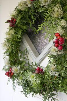 Syksyinen kranssi pihalta löytyvistä tarvikkeista Christmas Flowers, Christmas Wreaths, Door Wreaths, Natural Materials, Paper Crafts, Autumn, Seasons, Neon, Holiday Decor
