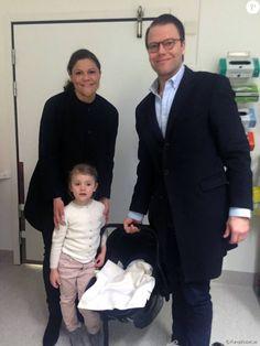 La princesse Victoria de Suède a quitté le 3 mars 2016 la maternité de l'hôpital Karolinska avec le prince Daniel, la princesse Estelle et le petit garçon dont elle a accouché le 2 mars à 20h28.