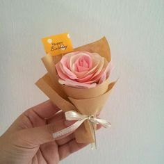 Mini bouquet, cute and lovely.you may request for flower colour or we choose randomly.1 x mini bouquet with handmade paper flower1 x small box1 x gift topper (happy birthday, best wishes, happy mother's day, thank you, etc)礼物不一定要大大的. 精微小巧的纸花束, 可爱又容易收藏. 小小的惊喜, 满满的心意,更窝心, 更温暖.