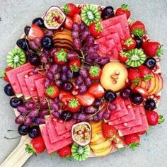 New fruit platter display wedding catering Ideas Aperitivos Vegan, Party Platters, Party Trays, Party Fruit Platter, Cheese Fruit Platters, Cheese Plates, Fruit Plate, Fruit Displays, Food Presentation