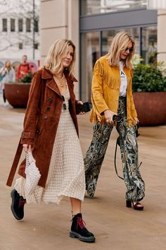 Click through to see the latest London Fashion Week street style shots from the fall 2019 shows happening this week. Click through to see the latest London Fashion Week street style shots from the fall 2019 shows happening this week. Modern Street Style, Looks Street Style, Autumn Street Style, Street Chic, Street Style Outfits, Mode Outfits, Fashion Outfits, Girly Outfits, Fashion Games
