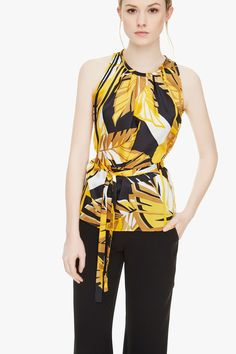 Top de raso con estampado tropical