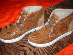 Botitas /zapatillas, de cuero e interior de corderito, varios colores.