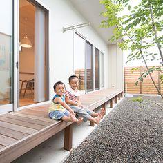 シマトネリコをシンボルツリーに選んだ中庭。LDK側には濡れ縁感覚のウッドデッキを設置して夏の夕涼みが楽しめるようになっている。プール遊びや、樋を使った流しそうめん、バーベキューもご近所の目を気にせず堪能できるそう
