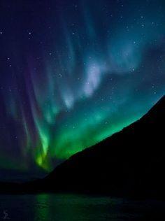Los diferentes átomos provocan la diversidad de colores en las Auroras Boreales. #gif Explicación: Cuando los electrones y los protones procedentes del Sol golpean la atmósfera de la Tierra, las partículas cargadas se mueven en espiral a lo largo de...