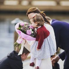The Duchess of Cambridge is offered some last flowers before Royal Tour Canada officially ends ♡ 1.10.2016 Credits Crown in Canada #kate_middleton #duchessofcambridgeincanda #duchessofcambridge_2016 #princesscharlotte #charlotteofcambridge #princesslottie #likes #l4l #likes4like