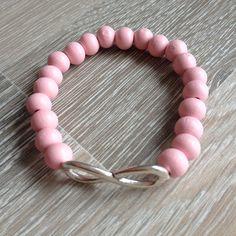 Armband van 8mm zacht roze hout met metalen Infinity. Van JuudsBoetiek, te bestellen op www.juudsboetiek.nl.