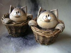 Kočka v košíku Crafts To Do, Clay Crafts, Ceramic Pottery, Ceramic Art, Pottery Animals, Concrete Art, Clay Figurine, Cute Clay, Clay Ornaments