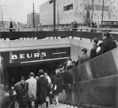 Rotterdam - Trappen van metrostation Beurs en de voetgangerstunnel onder de Coolsingel in 1968. Op de achtergrond de Bijenkorf en de Van Oldenbarneveltstraat.