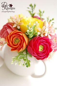 DK Designs: Loving These Mini Teapots = Great Floral Designs Fondant Flowers, Sugar Flowers, Felt Flowers, Spring Flowers, Paper Flowers, Tiny Flowers, Teapot Centerpiece, Centerpieces, Ranunculus Flowers