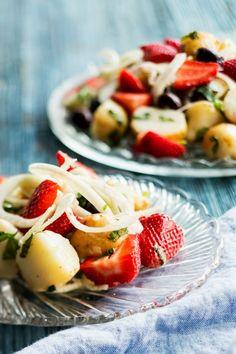 Mansikka-perunasalaatti ja jogurttikastiketta, resepti – Ruoka.fi