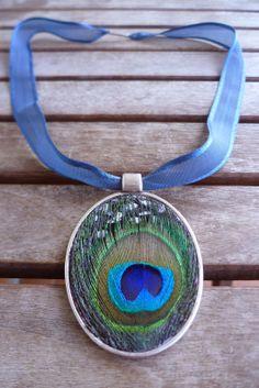 Collar decorado con plumas pegadas a mano. Feather necklace