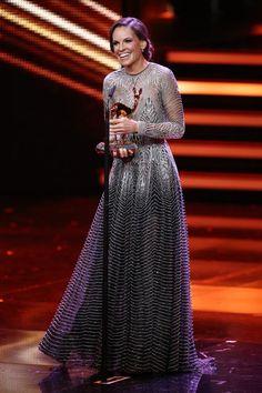 Hilary Swank nahm ihren Bambi als beste internationale Schauspielerin in einem Kleid von Designer Naeem Khan entgegen. Der ist selbst recht international unterwegs: Er lebt in New York, hat aber indische Wurzeln.
