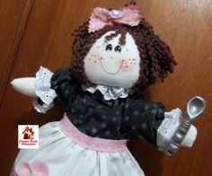 Pucha saco modelo boneca todo em tecido de algodão 100%, com detalhe de flor em feltro, cabelinho de lã bouclê,golinha e mangas em bordado inglês e colher em biscuit.