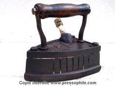 fer anglais Keith Blackman fonctionnant au gaz. Ce fer porte le numéro 8. La poignée a des traces de brûlures sur l'avant mais reste bien solide.   Fer au gaz  - Fonte. début 1900