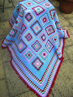 Cute blanket and an idea to extend the edge by using several rows of the border color before moving the single rows of the accent color