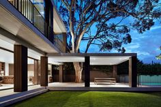Australian Home Honors Nature By Letting A Huge Tree Pierce Through Its Structure