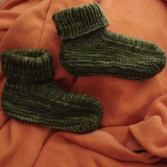 Ravelry: TelmahQ's Rob's slippers.  Free pattern.